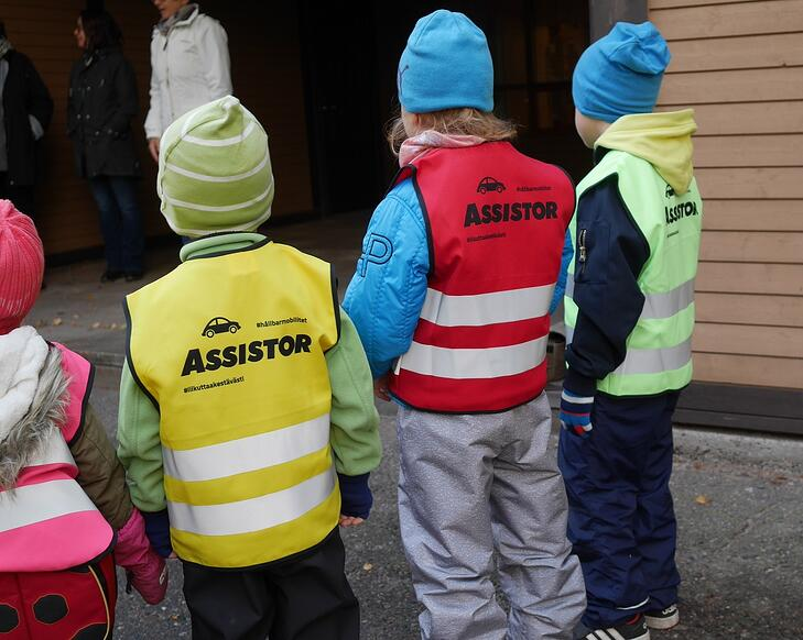 Värikkäillä heijastinliiveillä turvaa hankolaisille lapsille